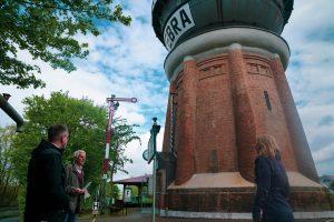 Der Wasserturm wurde sowohl von außen als auch von innen besichtigt – Peter Kehm erklärte Romy Grimm und Stefan Pruschwitz die Technik hinter dem riesigen Bauwerk. Fotos: Fröhnert
