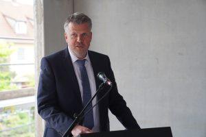 Bebras Bürgermeister Stefan Knoche hielt ein kurzes Grußwort beim Richtfest.